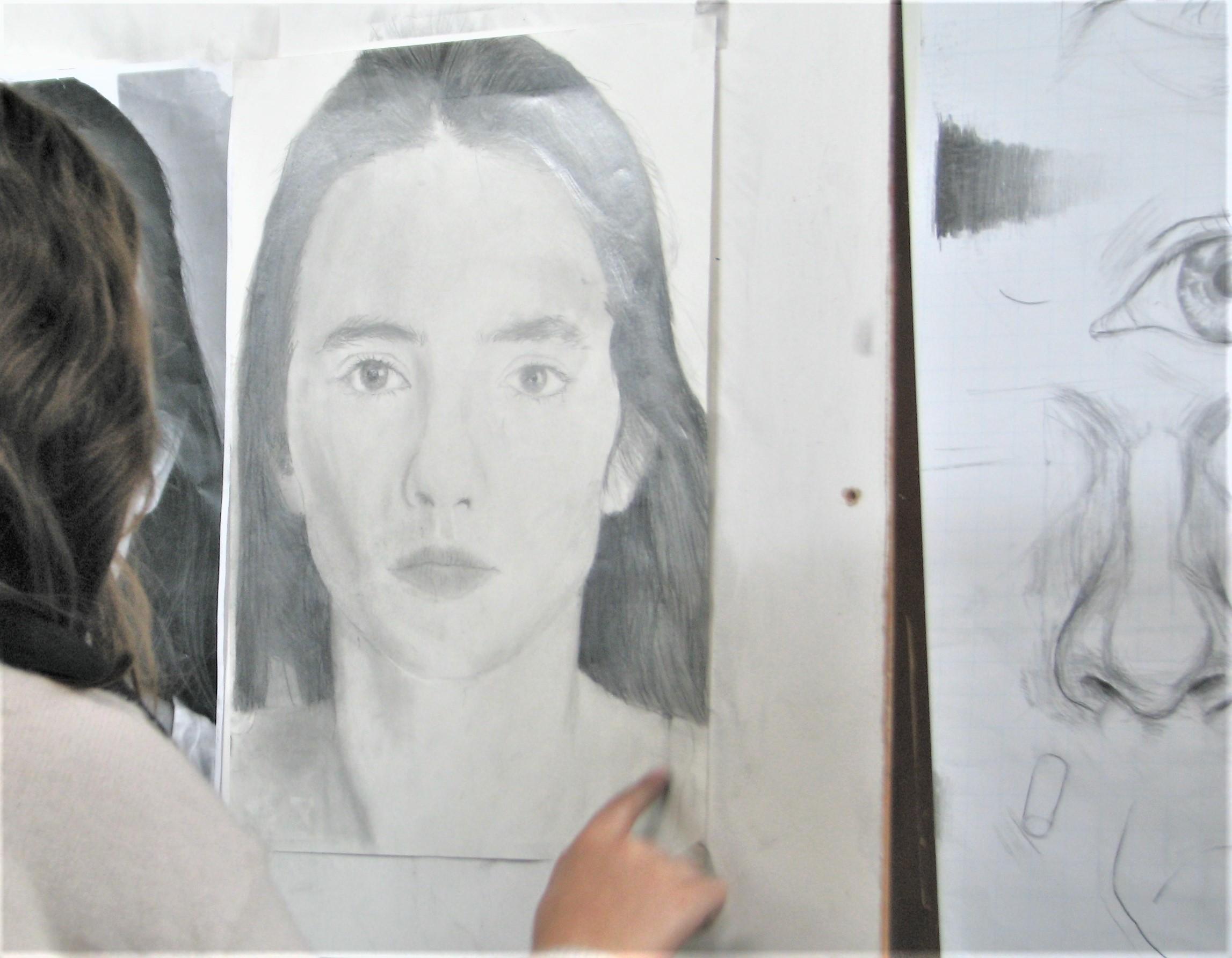 Portrettekenen tieners van 13 tot 15 jaar Tekenen is helemaal jouw ding waar je alles voor opzij zet! Je kan al portretten tekenen of juist nog helemaal niet maar wil het graag leren. Tijdens deze cursus leggen we je stap voor stap uit hoe je een portret opbouwt. Nadien kan jij je ouders, grootouders of broer of zus goed tekenen.